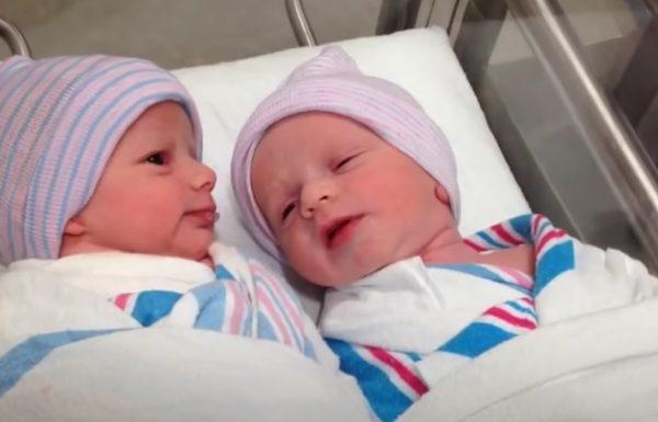 תאומים בנים צולמו מתקשרים אחד עם השני שעה אחת בלבד אחרי שנולדו
