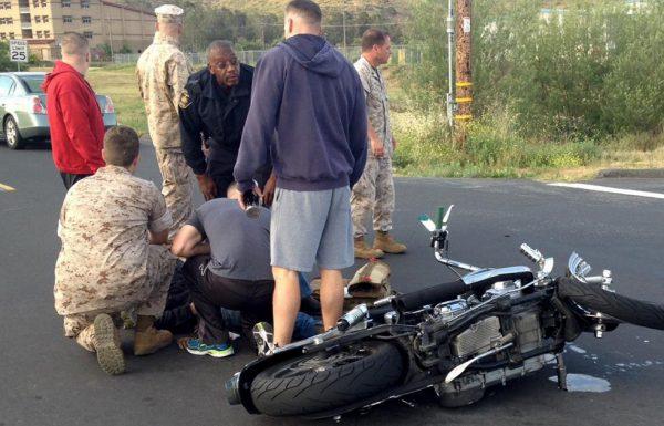 אישה השתמשה בטלפון הנייד והתנגשה באופנוע – ואז השוטרים קיבלו קריזה ועשו את הדבר הנכון