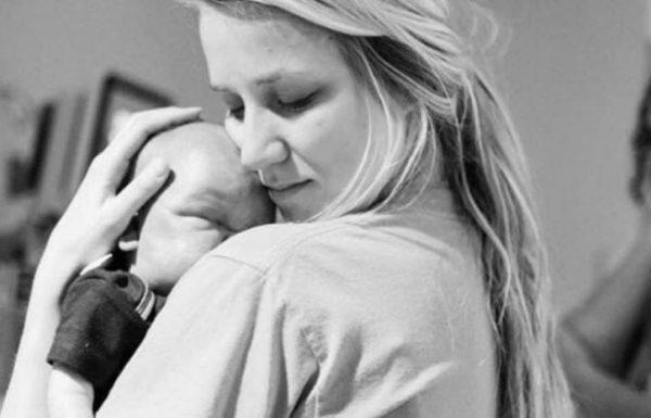 אחות החזיקה תינוק מת בידיים – אבל האמת שמאחורי התמונה ריגשה את כל העולם עד דמעות