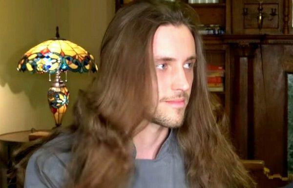 בחור צעיר לא הסתפר במשך 5 שנים – קיבל מראה חדש וסקסי שמסובב ראשים של נשים בכל מקום