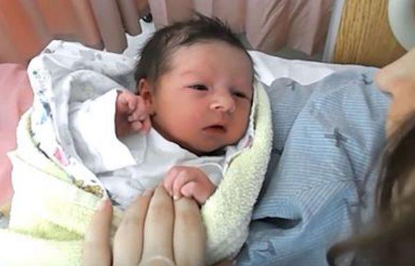 אבא צילם את אמא ואת התינוקת החדשה שלהם – אך אז לחרדתו הוא ראה איך התינוקת משתנה