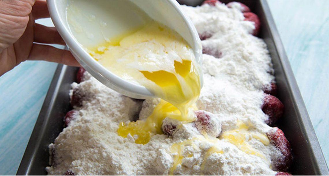 שפכו חמאה מומסת על תותים. התוצאה הסופית היא קינוח 3 מרכיבים שיגרום לכם להזיל ריר מהפה