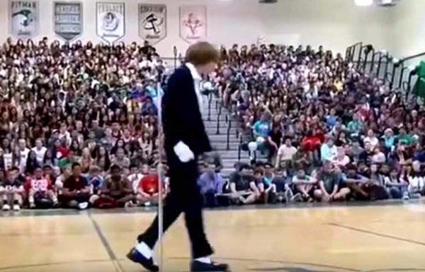 נער ביישן התגנב לתוך אולם הספורט – כשהמוזיקה החלה כולם נעמדו והחלו להריע