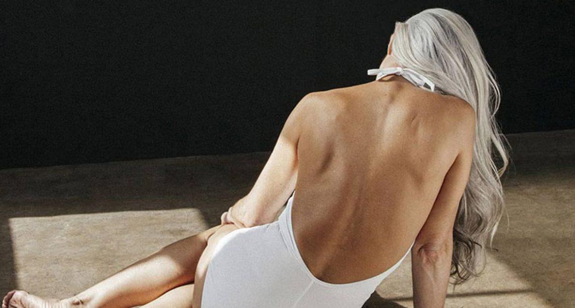 סבתא בת 61 נראית מדהים בבגד הים הלבן שלה – עכשיו תראו אותה מסתובבת