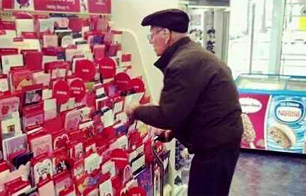 אדם זר שאל איש זקן אם הוא קונה לאישתו כרטיס ברכה ליום האהבה – לא ציפה לשמוע את התגובה הזאת