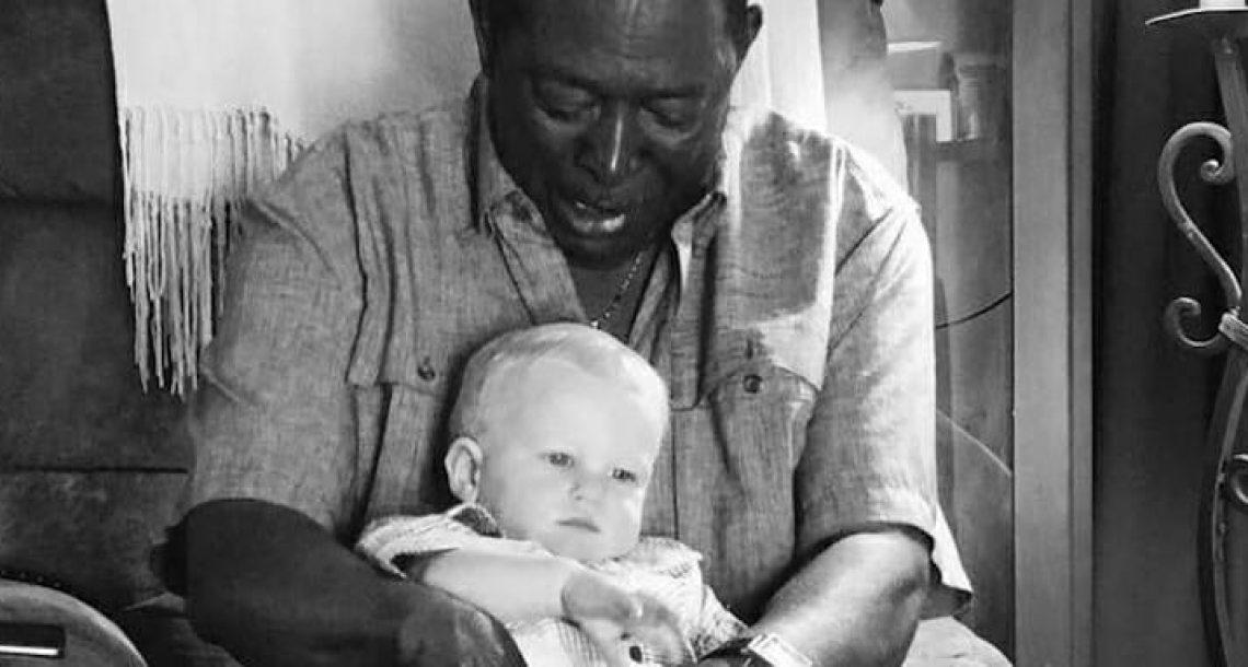 שכן ביקש להחזיק את התינוק, אז האבא הסתכל מקרוב על התמונה וחשף את האמת
