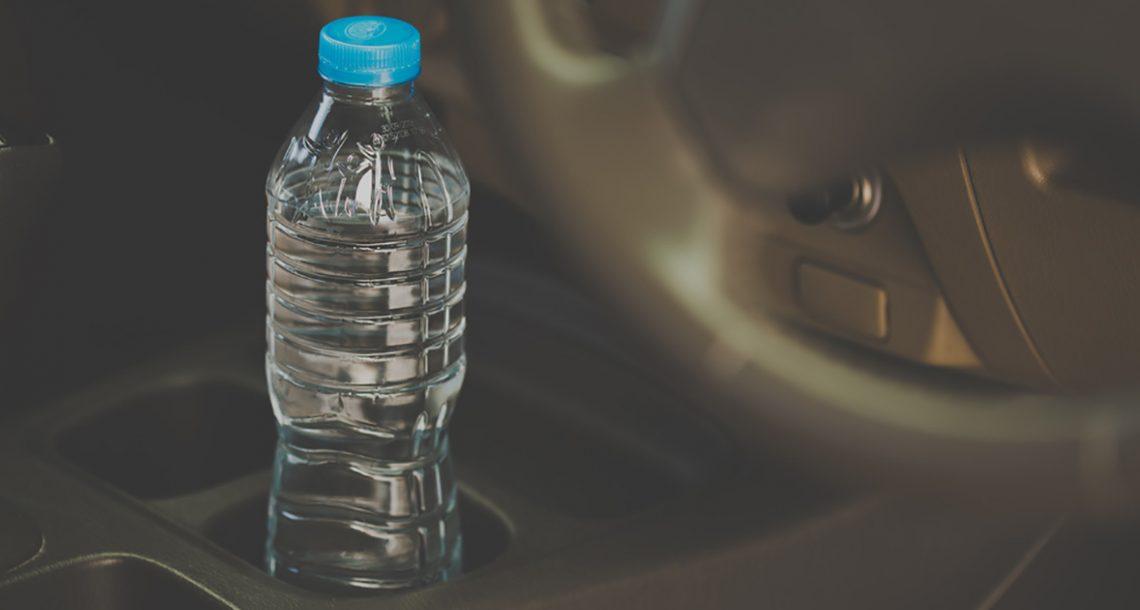 מומחים מזהירים: מדוע אסור לעולם להשאיר בקבוק מים בתוך המכונית ביום קיץ חם