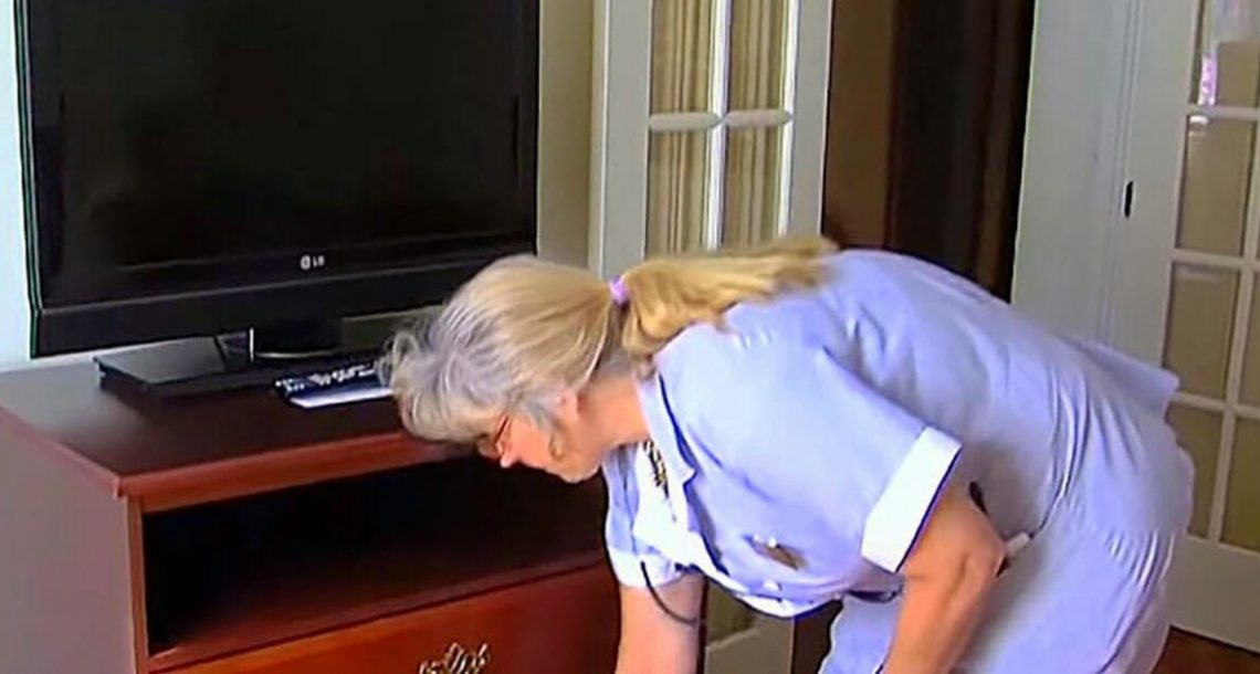חדרנית פתחה מגירה בחדר המלון של זוג זקנים: מה שמצאה גרם לאישה לפרוץ בבכי