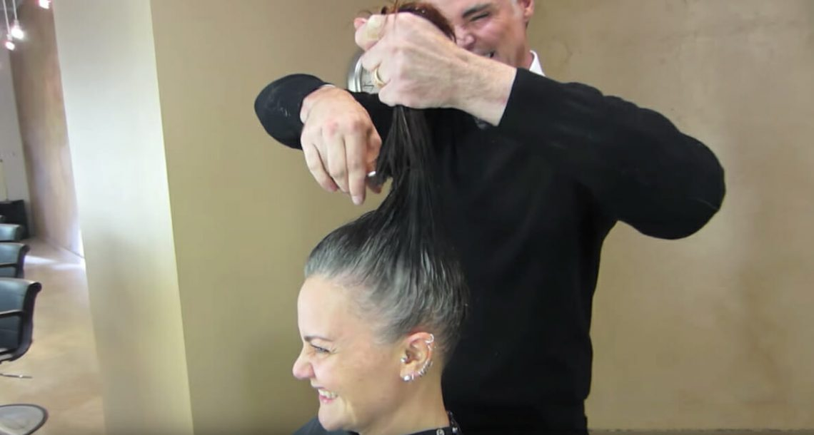 לאישה נמאס להחביא את השערות האפורות שלה – קיבלה לוק חדש ממעצב שיער ועכשיו אי אפשר לזהות אותה