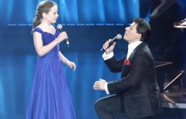כוכבת על בת 12 גרמה לכוכב האופרה לרדת על ברכיו – חכו 57 שניות כדי לראות מדוע
