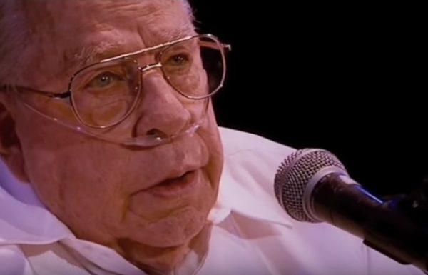 אדם בן 80 שר גרסה מרגשת של הלהיט הענק הזה של קולדפליי, ועכשיו אנחנו לא יכולים להפסיק לבכות