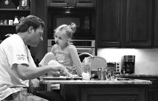 האישה כעסה מאוד על בעלה שתמיד עובד עד מאוחר, אז שמעה את המילים של בתה במטבח, והבינה את האמת